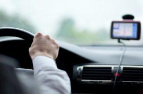 Odwieczny dylemat kierowców – gdzie tanio kupić dobrej jakości części samochodowe?